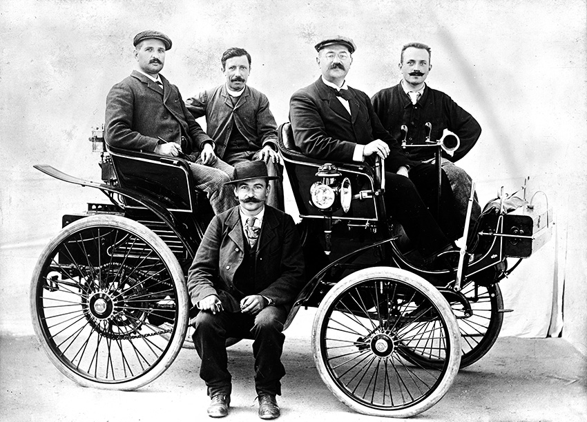Armand Peugeot (in the middle with the cap) posing with other men in a car equipped with a two-cylinder engine of 5 to 8 HP, in 1897. © Terre blanche / Photononstop